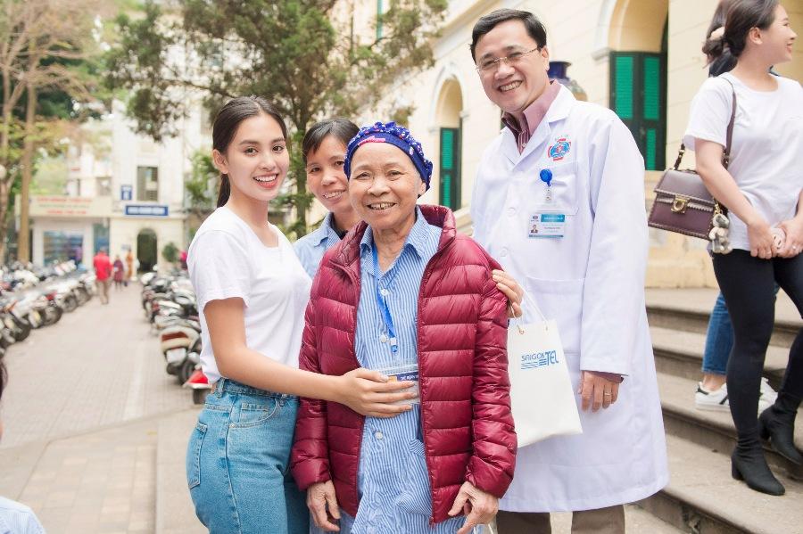 Hoa hậu Tiểu Vy tặng quà cho bệnh nhân ung thư tại Bệnh viện K