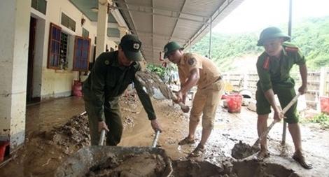 Lực lượng Công an giúp vệ sinh trường học bị ngập trong 1m bùn