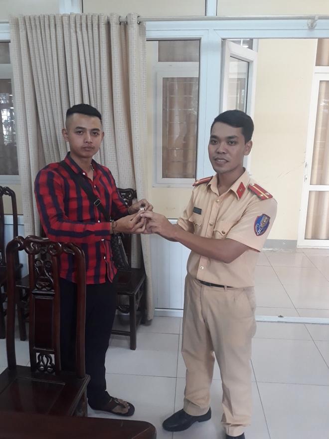 Trung uý CSGT xứ Nghệ trả lại nhẫn vàng cho người đánh rơi