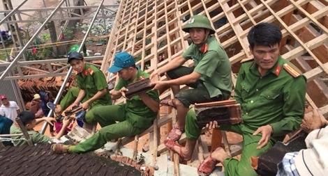 Công an Nghệ An giúp dân sửa chữa nhà cửa sau mưa lũ