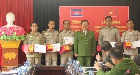 Bế giảng lớp bồi dưỡng nghiệp vụ thú y cho các cán bộ Bộ Nội vụ Vương quốc Campuchia