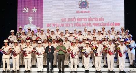 50 bông hoa tươi thắm nhất dâng lên Chủ tịch Hồ Chí Minh