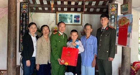 Công an huyện Quỳnh Lưu sẻ chia khó khăn với cậu bé thiểu năng không cha, mồ côi mẹ