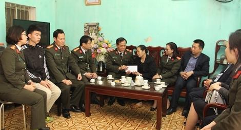 Thăm hỏi, động viên gia đình liệt sỹ Công an hy sinh tại Đồng Tâm