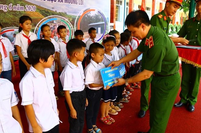 Bộ Tư lệnh CSCĐ tặng Điện Biên nhà bán trú, thư viện thân thiện - Ảnh minh hoạ 3