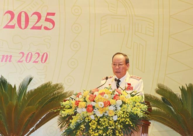Thứ trưởng Lê Quý Vương trình bày dự thảo Báo cáo chính trị tại đại hội.