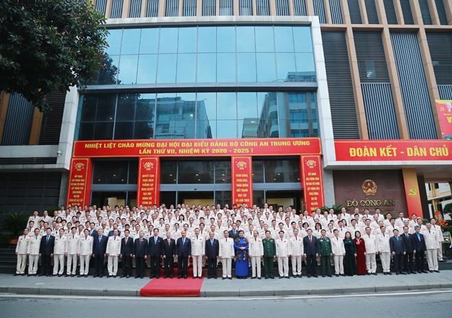 Thủ tướng Chính phủ Nguyễn Xuân Phúc chụp ảnh lưu niệm với các đại biểu dự đại hội.