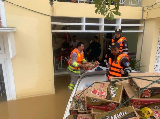 Trung đoàn CSCĐ Trung Bộ giúp người dân phòng chống lũ lụt - Ảnh minh hoạ 6