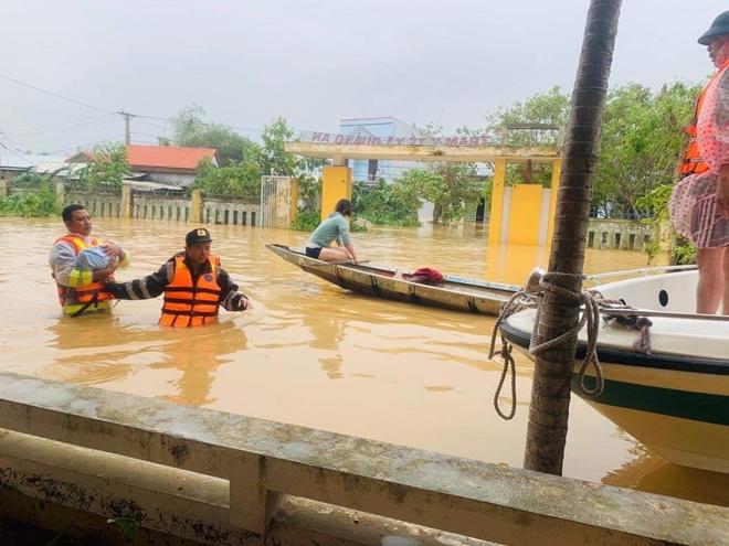 Trung đoàn CSCĐ Trung Bộ giúp người dân phòng chống lũ lụt