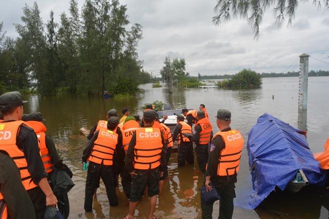 Trung đoàn CSCĐ Trung Bộ giúp người dân phòng chống lũ lụt - Ảnh minh hoạ 9