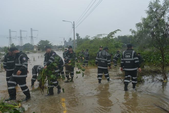 Trung đoàn CSCĐ Trung Bộ giúp người dân phòng chống lũ lụt - Ảnh minh hoạ 5