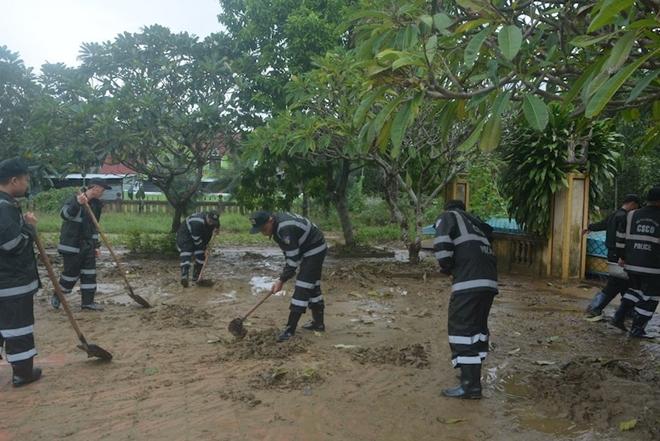 Trung đoàn CSCĐ Trung Bộ giúp người dân phòng chống lũ lụt - Ảnh minh hoạ 4