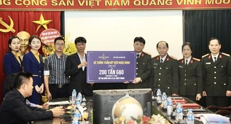 Báo CAND tiếp nhận 200 tấn gạo ủng hộ đồng bào miền Trung