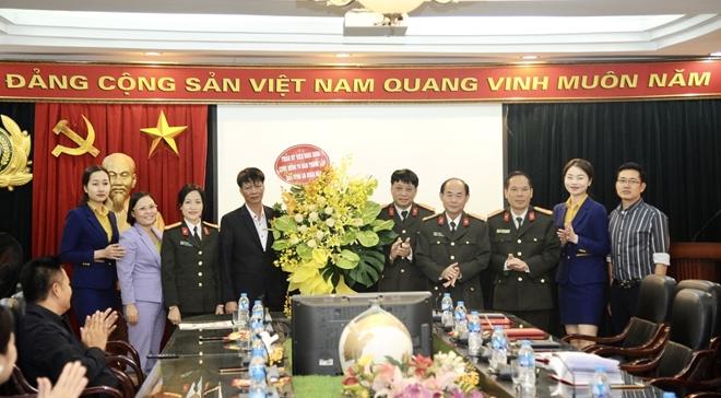 Báo CAND tiếp nhận 200 tấn gạo ủng hộ đồng bào miền Trung - Ảnh minh hoạ 5