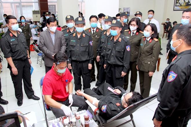 Tư lệnh Cảnh sát cơ động hiến máu và phát động CBCS tham gia - Ảnh minh hoạ 5