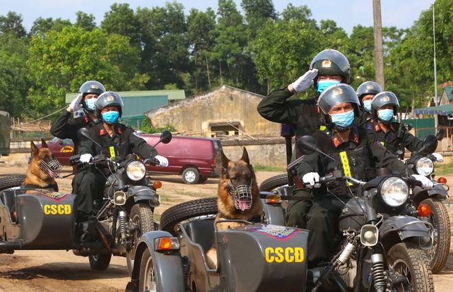 CSCĐ sử dụng chó nghiệp vụ trình diễn kỹ chiến thuật trấn áp tội phạm - Ảnh minh hoạ 2