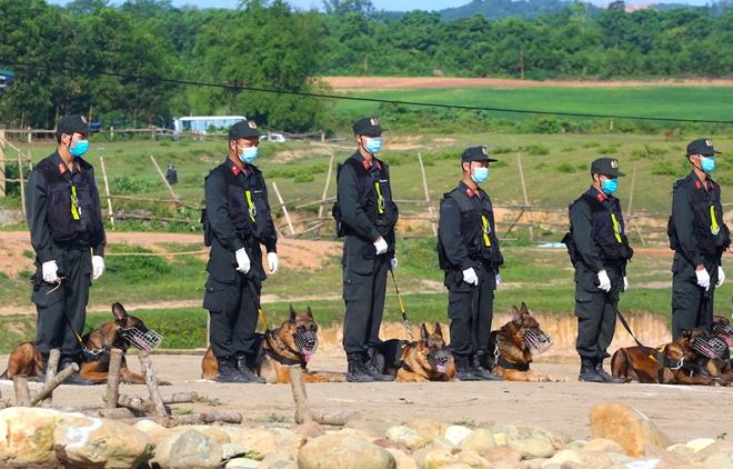 CSCĐ sử dụng chó nghiệp vụ trình diễn kỹ chiến thuật trấn áp tội phạm - Ảnh minh hoạ 6