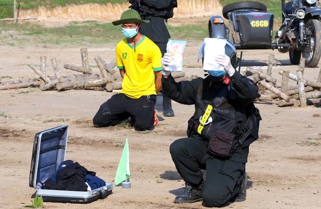 CSCĐ sử dụng chó nghiệp vụ trình diễn kỹ chiến thuật trấn áp tội phạm - Ảnh minh hoạ 14