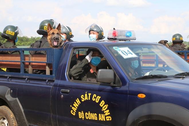 CSCĐ sử dụng chó nghiệp vụ trình diễn kỹ chiến thuật trấn áp tội phạm - Ảnh minh hoạ 4