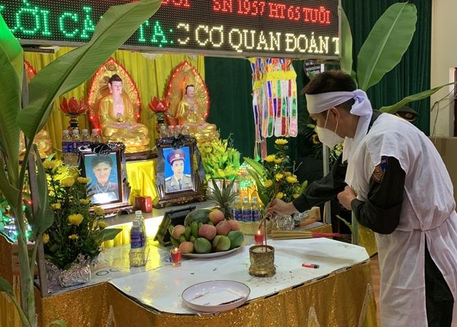 Cán bộ CSCĐ nghẹn ngào chịu tang bố và bà nội nơi tâm dịch Bắc Giang