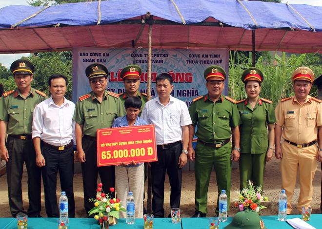 Tặng nhà tình nghĩa cho các gia đình Công an xã khó khăn tại tỉnh Thừa Thiên - Huế