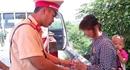 Thiếu phụ và con bị lừa bán sang Trung Quốc đói lả được CSGT giúp đỡ