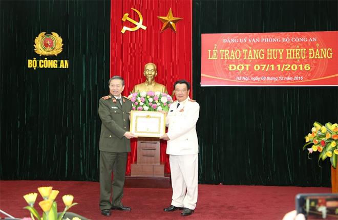 Thượng tướng Nguyễn Khánh Toàn đón nhận Huy hiệu 50 năm tuổi Đảng