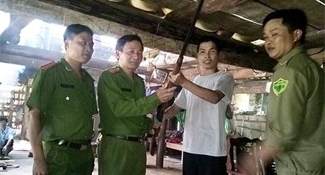 Nhờ cậy người có uy tín vận động nhân dân giao nộp vũ khí ở Hà Giang
