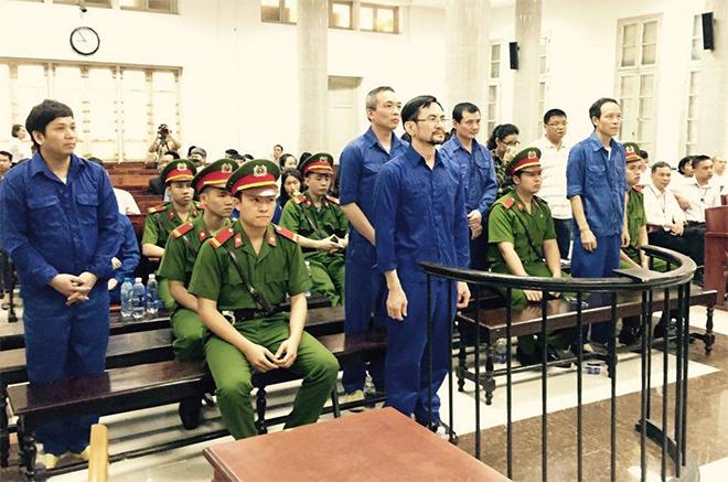 Bị cáo Hồng (hàng đầu, giữa) và đồng phạm nghe tuyên án sáng 18-4.