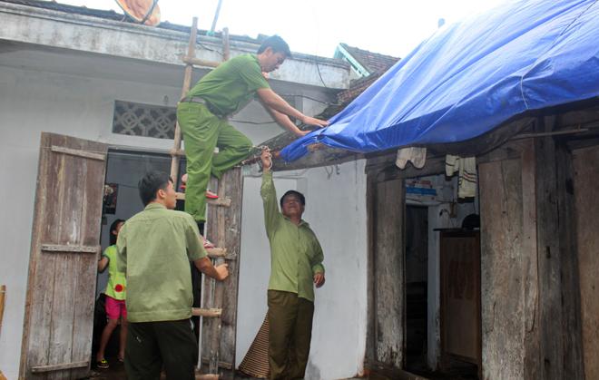 Lực lượng CAND giúp dân khắc phục hậu quả cơn bão số 2 - Ảnh minh hoạ 5