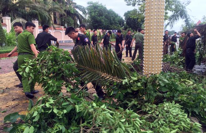 Lực lượng CAND giúp dân khắc phục hậu quả cơn bão số 2