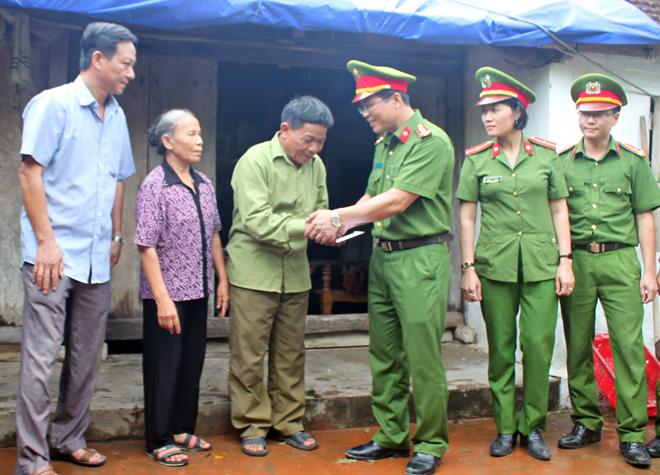 Lực lượng CAND giúp dân khắc phục hậu quả cơn bão số 2 - Ảnh minh hoạ 6