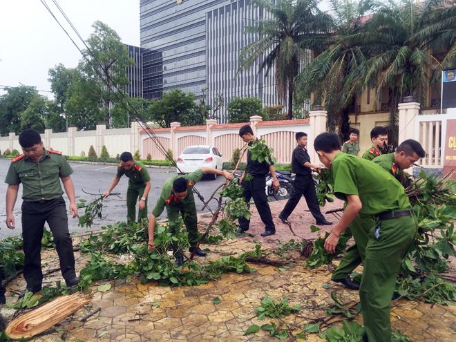 Lực lượng CAND giúp dân khắc phục hậu quả cơn bão số 2 - Ảnh minh hoạ 3
