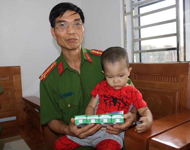 Đại tá Hoàng Văn Vượt thăm, tặng quà cháu Hà Quang Nghĩa.