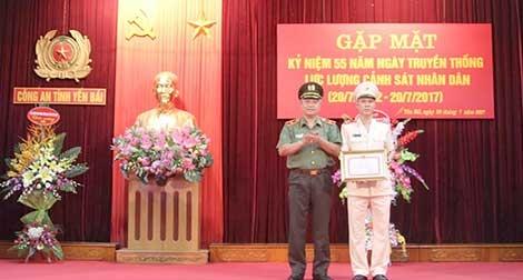 Khen thưởng Thượng úy Cảnh sát PCCC dũng cảm cứu người