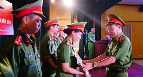 Bản lĩnh của nữ chiến sĩ  Cảnh sát cơ động
