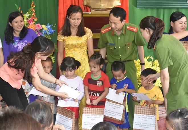 Công an huyện Yên Định trao quà cho các gia đình chính sách - Ảnh minh hoạ 4