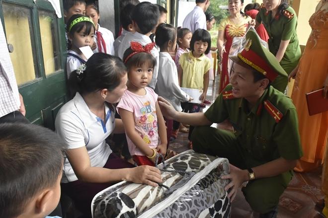 Công an huyện Yên Định trao quà cho các gia đình chính sách - Ảnh minh hoạ 5