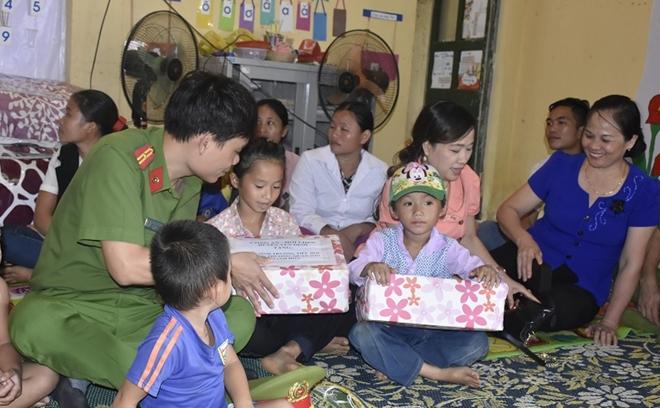 Công an huyện Yên Định trao quà cho các gia đình chính sách - Ảnh minh hoạ 2