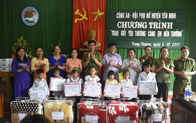 Công an huyện Yên Định trao quà cho các gia đình chính sách