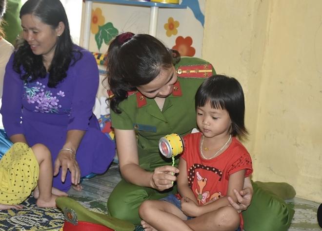 Công an huyện Yên Định trao quà cho các gia đình chính sách - Ảnh minh hoạ 6