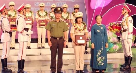 Nữ tiến sĩ với những giải thưởng cao quý
