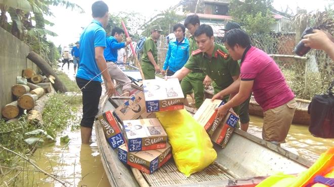 Đoàn thanh niên Công an Quảng Nam giúp dân khắc phục lũ