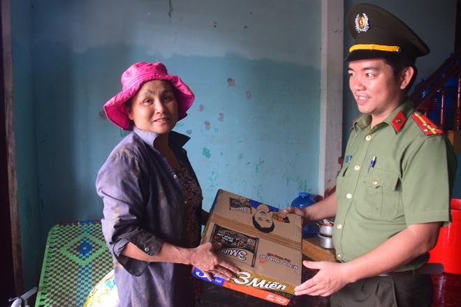 Đoàn thanh niên Công an Quảng Nam giúp dân khắc phục lũ - Ảnh minh hoạ 2