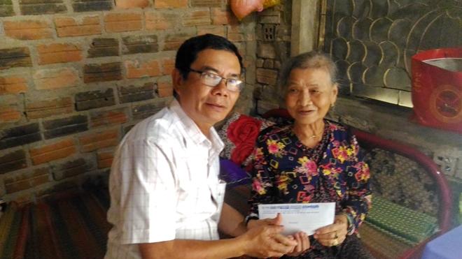Báo CAND tặng quà các gia đình bị thiệt hại trong cơn bão số 12