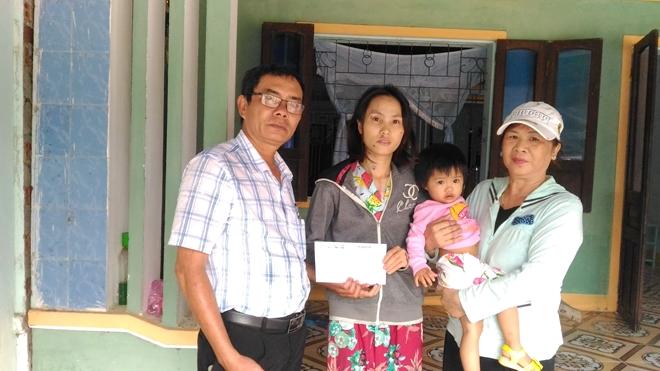 Báo CAND tặng quà các gia đình bị thiệt hại trong cơn bão số 12 - Ảnh minh hoạ 2