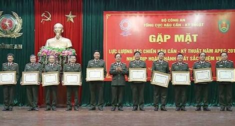 Khen thưởng các cán bộ Công an dũng cảm trong phá án