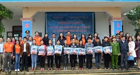 Mang yêu thương đến học sinh nghèo vùng bão lũ Quảng Sơn