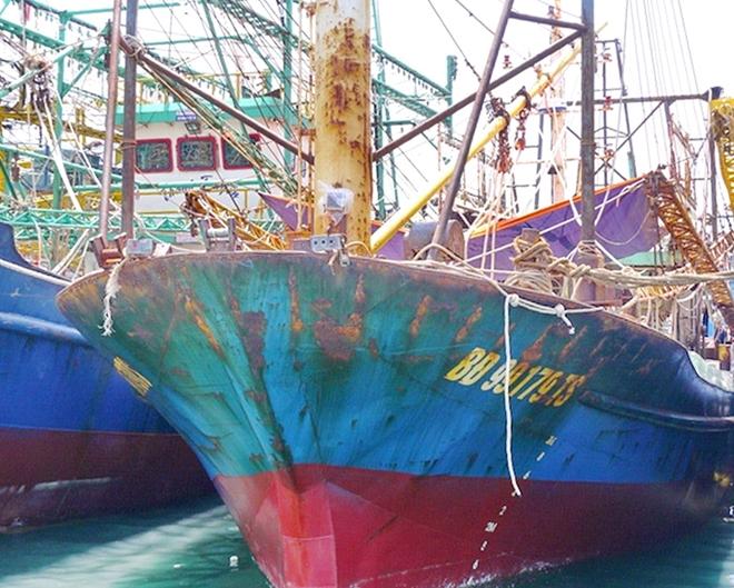 Tàu cá vỏ thép do Công ty TNHH Đại Nguyên Dương đóng mới cho ngư dân Bình Định bị hư hỏng.