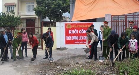 Công an phường làm đường cho dân